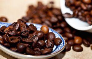 Kaffebohnen in einer Schale